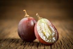 winogron czerwonych plasterek halfback głębii pola płycizny stół drewniany fotografia royalty free
