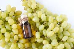 Winogron ziaren olej odizolowywający na białym tle z ścinek ścieżką Frontowy widok Zdjęcia Stock
