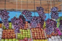 Winogrona dla sprzedaży na rynku obrazy royalty free