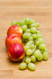 Winogrona i brzoskwinie Zdjęcie Royalty Free