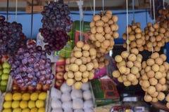Winogrona i owoc w rynku zdjęcia royalty free