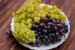 Winogrona na drewnianym tle zdjęcie stock