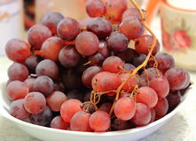 Winogrona na stole Obrazy Royalty Free