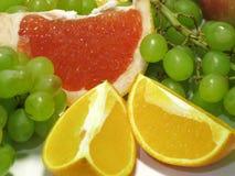 Winogrona, pomarańcze i grapefruitowy, Ile żywego smaku w i soczystość te pięknych, smakowitych prezentach natura, zdjęcie royalty free