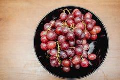 Winogrona w czarnym talerzu Obraz Royalty Free