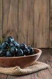 Winogrona w drewnianym talerzu Obraz Royalty Free