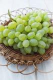 Winogrona w łozinowym talerzu Obraz Royalty Free