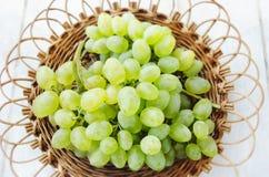 Winogrona w łozinowym talerzu Zdjęcie Royalty Free