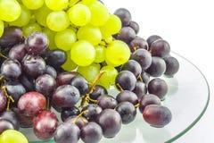 Winogrona z białym tłem na szkło stole Zdjęcia Royalty Free