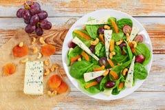 Winogrono, błękitny ser, szpinak, wysuszone morele sałatkowe Fotografia Royalty Free