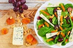 Winogrono, błękitny ser, szpinak, wysuszone morele sałatkowe Zdjęcia Stock
