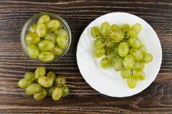 Winogrono w pucharze i wiązce winogrono w talerzu Zdjęcia Stock
