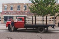 Winslow arizona röd flatbed vadställe med kvinnan fotografering för bildbyråer