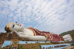 Winst Sein Taw Ya, het grootste het Doen leunen Boedha beeld in de wereld, in Kyauktalon Taung, dichtbij Mawlamyine, Myanmar Stock Foto's