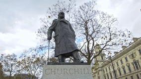 Winston Churchill en el cuadrado del parlamento, Londres, Inglaterra, Reino Unido almacen de video