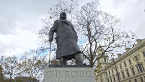 Winston Churchill im Parlamentsquadrat, London, England, Vereinigtes Königreich stock video