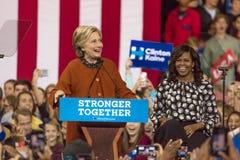 WINSTON-SALEM, NC - 27 OKTOBER, 2016: De democratische presidentiële kandidaat Hillary Clinton en de Presidentsvrouw Michelle Oba stock foto