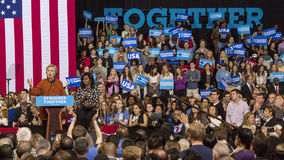 WINSTON-SALEM, NC - 27 OKTOBER, 2016: De democratische presidentiële kandidaat Hillary Clinton en de Presidentsvrouw Michelle Oba stock foto's