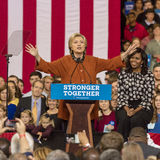 WINSTON-SALEM, NC - 27 OKTOBER, 2016: De democratische presidentiële kandidaat Hillary Clinton en de Presidentsvrouw Michelle Oba royalty-vrije stock afbeeldingen
