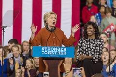 WINSTON-SALEM NC - OKTOBER 27, 2016: Den demokratiska presidentkandidaten Hillary Clinton och USA-presidentsfrun Michelle Obama s arkivfoto