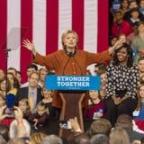 WINSTON-SALEM NC - OKTOBER 27, 2016: Den demokratiska presidentkandidaten Hillary Clinton och USA-presidentsfrun Michelle Obama s royaltyfria bilder