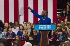 WINSTON-SALEM NC - OKTOBER 27, 2016: Den norr Carolina Congress medlemmen introducerar Hillary Clinton Campaign samlar att presen Fotografering för Bildbyråer