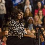 WINSTON-SALEM NC - OKTOBER 27, 2016: F-irst-damen Michelle Obama syns på en presidentkampanjhändelse för Hillary Clinton Pr fotografering för bildbyråer