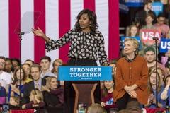 WINSTON-SALEM, NC - 27. OKTOBER 2016: First Lady Michelle Obama stellt demokratischen Präsidentschaftsanwärter Hillary Clinton an Stockfotografie