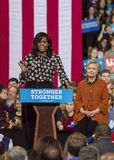 WINSTON-SALEM, NC - 27. OKTOBER 2016: First Lady Michelle Obama stellt demokratischen Präsidentschaftsanwärter Hillary Clinton an Lizenzfreie Stockfotos