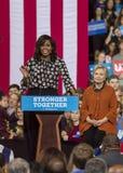 WINSTON-SALEM NC - OKTOBER 27, 2016: Presidentsfrun Michelle Obama introducerar den demokratiska presidentkandidaten Hillary Clin royaltyfria foton