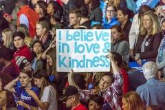 WINSTON-SALEM, NC - 27 OKTOBER, 2016: Verdedigers van Democratische presidentiële kandidaat Hillary Clinton en de Presidentsvrouw Royalty-vrije Stock Foto's