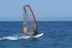 Winsurfing sur la mer ouverte Images stock