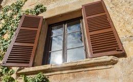 Wintage drewniany okno na Starej Kamiennej ścianie Obrazy Royalty Free