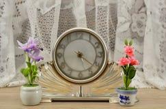 Wintage klocka med blommor arkivbilder
