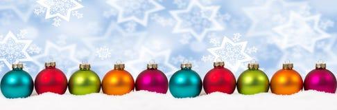 Winte colorido da neve do fundo da decoração da bandeira das bolas do Natal Fotografia de Stock Royalty Free
