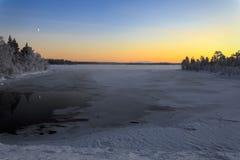Winter湖在日落的芬兰 免版税库存图片