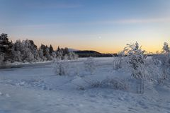 Winter湖在日落的芬兰 库存图片