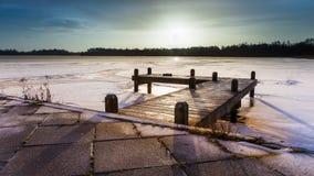 Winter风景结冰的湖日出 库存图片