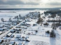 winter сельский Coverd деревни снегом вид с воздуха Стоковое Изображение RF