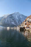 Winter alpine Hallstatt-Stadt und See Hallstatter Lizenzfreie Stockfotos