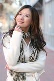 Winter: Asiatisches Mädchen im weißen Mantel draußen, Straße Lizenzfreies Stockfoto