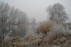 Winter auf dem gefrorenen Fluss Lizenzfreies Stockbild