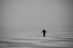 Winter auf dem See Gehender Eiseislauf der schönen Frau Gefrorener See Schattenbild eines Manneislaufs auf einem gefrorenen See Stockbilder