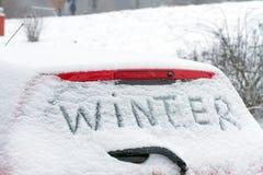 Winter auf einer Autowindschutzscheibe Stockfoto
