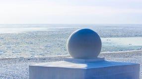 Winter auf Meer: Skulptur und weiße Seeküste Lizenzfreies Stockfoto