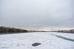 Winter auf Neva-Fluss stockfotografie