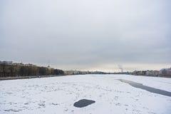 Winter auf Neva-Fluss stockfotografie