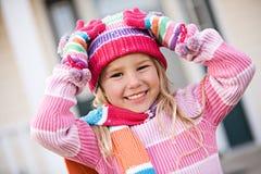 Winter: Aufgeregtes Mädchen bereit zum Schnee Lizenzfreie Stockfotos