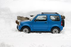 Winter car. Blue car in fresh winter snow Stock Photography