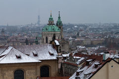 Winter-Dächer in Prag Stockfotos
